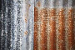 Alte und rostige geschädigte galvanisierte Eisenbeschaffenheit Stockbild