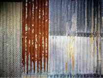 Alte und rostige gewölbte galvanisierte Eisenplatte Stockfotos