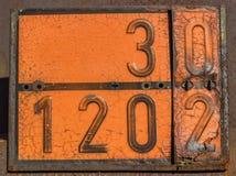 Alte und rostige orange Platte mit Gefahrenidentifikationsnummer Stockbilder