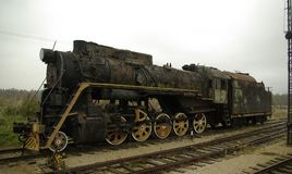 Alte und ruinierte Lokomotive auf alter Eisenbahn Lizenzfreie Stockfotos