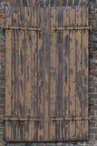 Alte und schädigende hölzerne Blendenverschlüsse Stockbilder