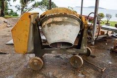 Alte und schmutzige Betonmischermaschine Stockfotos