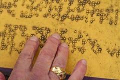Alte und schmutzige Blindenschrift Stockbild