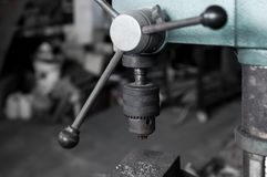 Alte und schmutzige Bohrmaschine in der Fabrik Stockbild