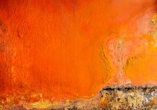 Alte und schmutzige orange Farbe gemalt auf Betonmauerbeschaffenheitshintergrund mit Raum Pilz auf der Hausmauer lizenzfreie stockbilder