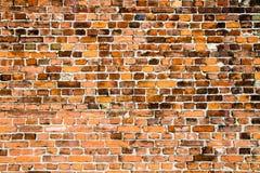 Alte und verwitterte grungy Wand des roten Backsteins markiert durch die lange Aussetzung zu den Elementen als Beschaffenheitshin stockfoto