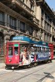 Alte und Weinlesetram auf der Straße von Mailand, Italien Lizenzfreie Stockfotografie