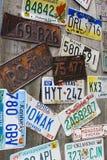 Alte und zerschlagene Autoregistrierungplatten Lizenzfreie Stockfotos
