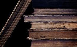 Alte unordentliche Bücher auf dem schwarzen Hintergrund Lizenzfreie Stockfotos