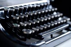 Alte Unterholzschreibmaschine mit kyrillischem Alphabet lizenzfreie stockbilder