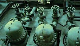 alte Ventile an der Dunkelheit, die schmutzige Fabrik verfällt Stockfoto