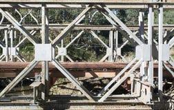 Alte veraltete Brücke mit verrostendem Metallrahmen Lizenzfreie Stockfotos