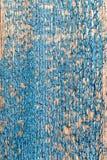 Alte verblaßte blaue Farbe auf gealterter Holzoberfläche Stockbild