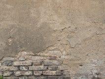 Alte verfallende Backsteinmauer Hintergrundbeschaffenheit des abgezogenen Gipses Stockfotos