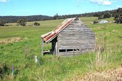 Alte verfallene Bauernhofhalle Stockfotos