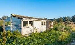 Alte verfallene kleine Halle in einem ländlichen Gebiet Stockbild