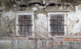 Alte verfallene Wand mit zwei Fensterläden geschlossenen Fenstern Stockfotografie