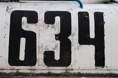 Alte verkratzte Metallplatte mit dem Abschluss der Nr. 634 oben Lizenzfreie Stockfotos