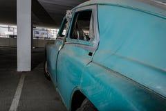 Alte verlassene Autos im Parkplatz lizenzfreie stockfotografie