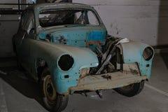 Alte verlassene Autos im Parkplatz stockbilder