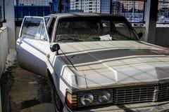 Alte verlassene Autos im Parkplatz lizenzfreies stockfoto