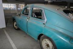 Alte verlassene Autos im Parkplatz lizenzfreie stockbilder
