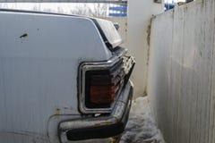 Alte verlassene Autos im Parkplatz stockfotografie