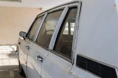 Alte verlassene Autos im Parkplatz lizenzfreie stockfotos