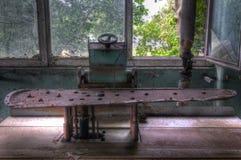 Alte verlassene Bügelmaschine der Wäscherei herein Lizenzfreie Stockfotos