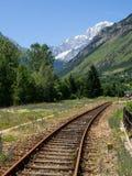 Alte verlassene Bahnstrecken zwischen den Bergen Stockfoto