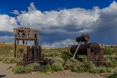 Alte, verlassene Bergwerksausrüstung Stockbild