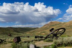 Alte, verlassene Bergwerksausrüstung Stockfotografie
