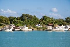Alte verlassene Boote auf tropischer Küste Stockbild