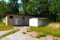 Alte verlassene Garagen nähern sich Häusern Tote radioaktive Zone Lizenzfreie Stockfotografie