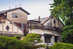 Alte verlassene Häuser mit Bäumen in Chinatown Thailand Lizenzfreie Stockfotografie