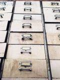 Alte verlassene hölzerne Fächer mit befleckt, geschossen vom niedrigen Winkel heben oben an Lizenzfreie Stockbilder
