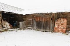 alte verlassene hölzerne Halle Stockfotos