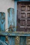 Alte verlassene Hütte spielt seine Blumen Stockfotografie