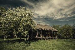 Alte verlassene Hütte unter drastischen Himmeln Lizenzfreie Stockbilder