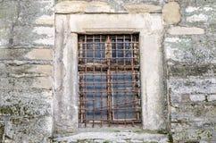 Alte verlassene Holzkiste mit Glas rostigen Metallstangen in der Betonmauer in einem Gebäude der alten Architektur in Lemberg Lizenzfreie Stockfotos