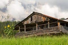 Alte verlassene Kabine vor Wolke bedeckte Berge Stockbild