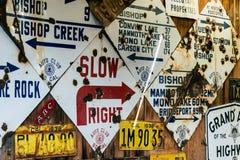 Alte verlassene Kalifornien-Verkehrsschilder mit den Einschusslöchern angezeigt auf einer Wand lizenzfreie stockfotografie