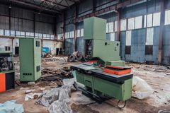 Alte verlassene Metallarbeitsfabrik mit rostigen Überresten von industriellen werkzeugmaschinen in der Werkstatt lizenzfreies stockfoto