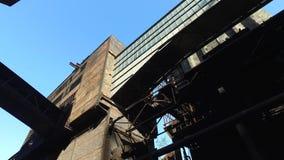 Alte verlassene metallurgische Anlage stock footage