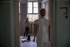 Alte verlassene psychiatrische Klinik f?r Geisteskranken ?fen und Hilfe zum Kranken lizenzfreie stockfotografie