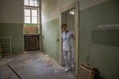 Alte verlassene psychiatrische Klinik f?r Geisteskranken ?fen und Hilfe zum Kranken stockfotografie