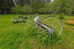 Alte verlassene rostige landwirtschaftliche Maschinen und Werkzeuge Lizenzfreies Stockfoto