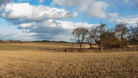 Alte verlassene Scheune in der tschechischen Landschaft Frühlingswetter auf den Gebieten Landwirtschaftlicher Bauernhof Lizenzfreies Stockbild