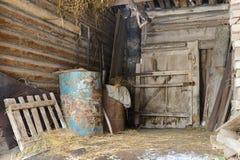 Alte verlassene Scheune mit Metallfässern Lizenzfreies Stockbild