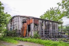 Alte verlassene verwitterte hölzerne planked rostige Tür des Bauernhauses Stockfotografie